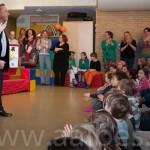 Rob Post wordt verwelkomd door de kinderen
