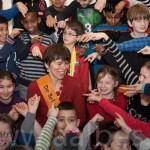 Anneke Scholtens met de kinderen van basisschool Montessori Boven 't IJ